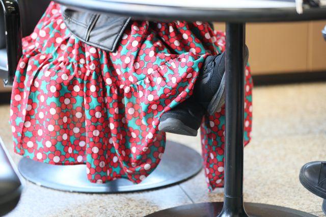座高は健常者とあまり変わりませんが、手足が成長しない疾患のちびもえこさん。イスに座っても足は浮いていました