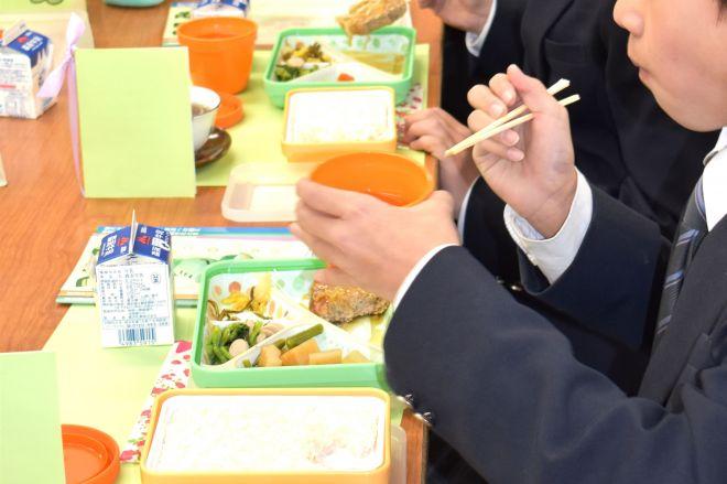 「ハマ弁」を食べる横浜市立中の生徒たち=同市
