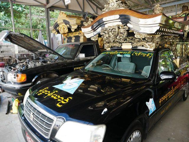 車の整備も欠かさない。「亡くなった人のことを考えると、いつもきれいな車にしておきたい」とチョートゥーさんは話す=2019年1月、ミャンマー・ヤンゴン