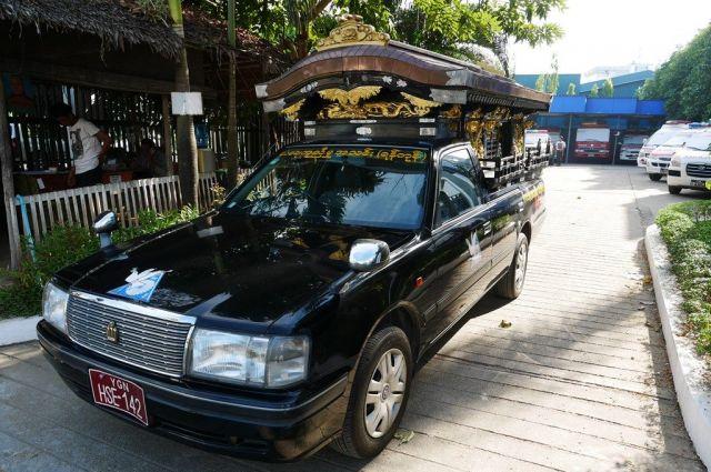支援者が寄付してくれた日本の霊柩車。「あの車を使って」と遺族から頼まれることも多いという=2019年1月、ミャンマー・ヤンゴン