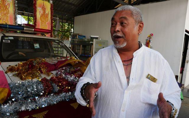 飾りをつけた車で運ぶこともある。「亡くなった人がどんな人か、考えながらどの車で運ぶかを決めます」というチョウトゥーさん=2019年1月、ミャンマー・ヤンゴン