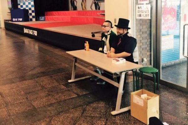 誰もいない会場でサイン「する」のを待つ髭男爵の2人。「一発屋」として地方を営業。この日の会場は「ジョイマン」の2人も営業をしていた「ボートレース下関」だった=サンミュージック提供