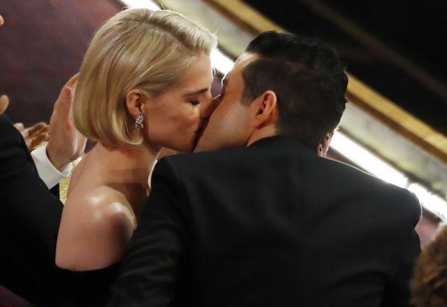 主演男優賞決定後、ルーシー・ボイントンさんとキスをするラミ・マレックさん