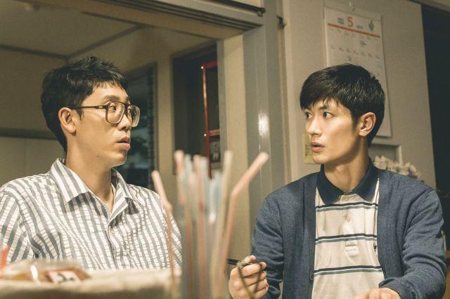 三浦春馬さん(右)演じる医大生ボランティア・田中は、自分の人生のあり方に葛藤している