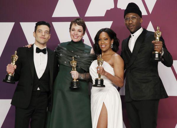 米アカデミー賞授賞式。ほかの受賞者たちと並ぶラミ・マレックさん(左)