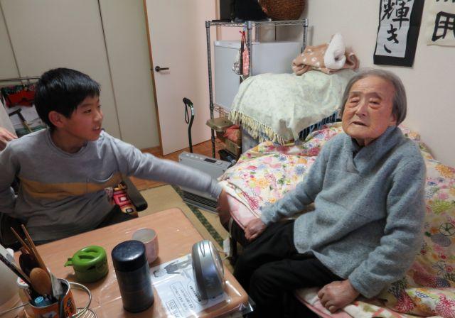 おばあちゃんの部屋でおしゃべりをする二人