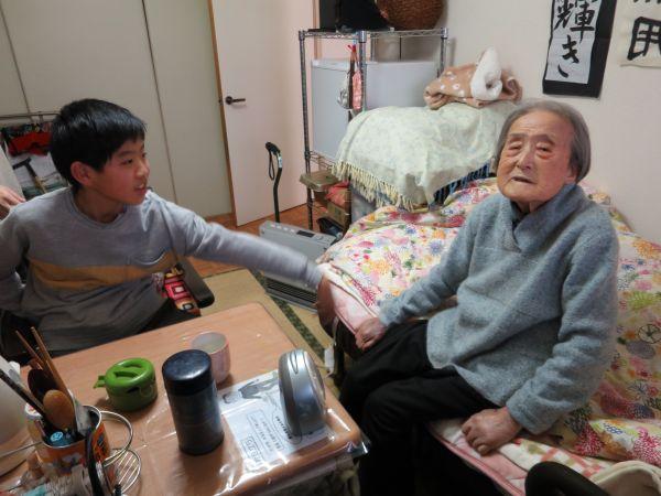 おばあちゃんお部屋でじゃれ合う二人