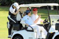 ゴルフカートでトランプ大統領(右)と談笑する安倍晋三首相。通訳はカートにしがみつき、両首脳の発言に聞き耳を立てる=2018年4月18日、米フロリダ州パームビーチ、内閣広報室提供