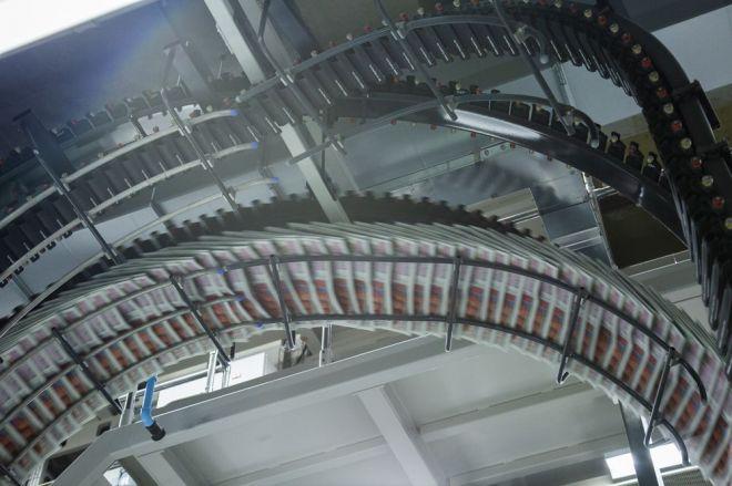切断された新聞は、ジェットコースターで運搬