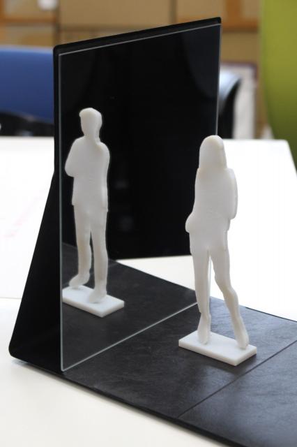 目の前にある立像は女性なのに、鏡には男性が…。