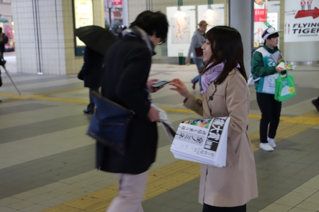 渋谷駅では、平成生まれの若者が興味を示していた