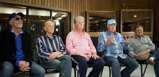 取材に答えるビーチ・ボーイズのメンバー=2012年6月4日、米ロサンゼルス