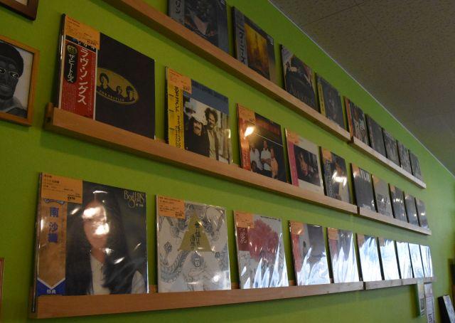 壁に並ぶレコード