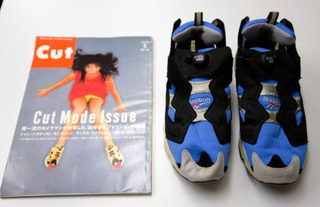 1995年5月の雑誌「Cut」の表紙を飾った世界的な歌手ビョークの足もとは、リーボックの「インスタポンプフューリー」。この靴も90年代半ばに人気を集めた
