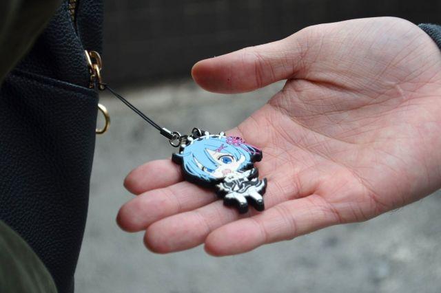 エマさんのかばんにはキャラクターのキーホルダーが