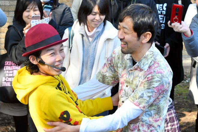 ゾンビに襲われる場面を振り返る上田慎一郎監督(左)と監督役の濱津隆之さん=水戸市渡里町