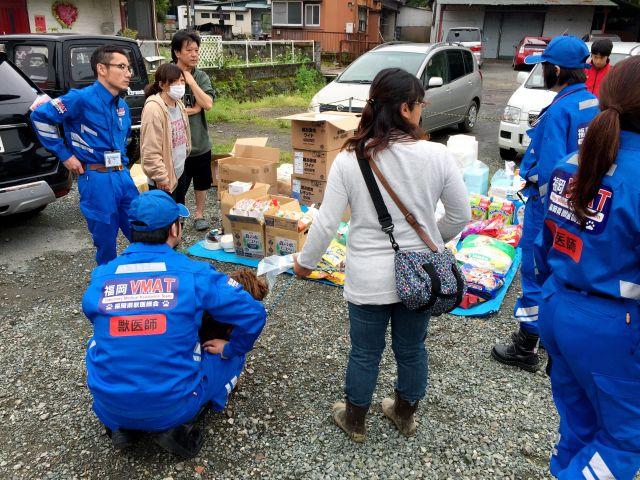 熊本地震の被災地にペット用の支援物資を届ける福岡VMATの隊員ら=2016年4月24日、熊本県西原村、福岡県獣医師会提供