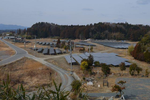 福島県双葉町両竹の一部では、民家が取り壊されたり、整地されたりして、新たに太陽光パネルが敷き詰められている