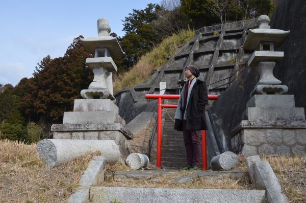 中世の山城があった丘には今、神社がある=福島県双葉町両竹