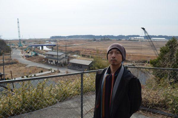 写真の奥に太平洋と福島第一原発の排気筒が見える=福島県双葉町両竹