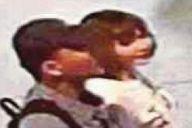 事件当日、北朝鮮の男「ミスターY」(左)に連れ添われて、事件現場となる空港の出発ホールを歩くフォン=関係者提供