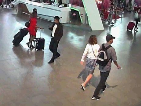 事件当日、北朝鮮の男「ミスターY」(右下)に連れ添われて、事件現場となる空港の出発ホールを歩くフォン=関係者提供