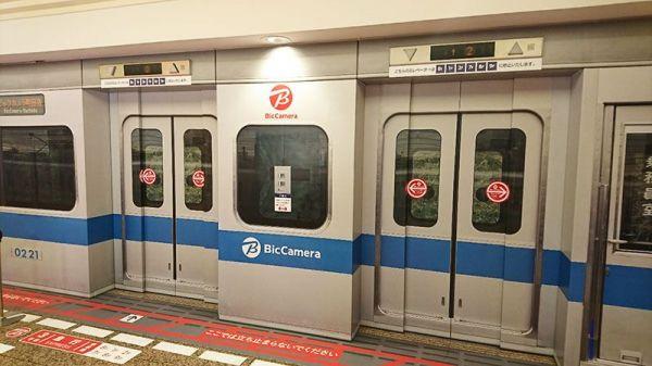 ビックカメラ町田店につながるエレベーター。外観も内部もまるで小田急電鉄のようにラッピングされています