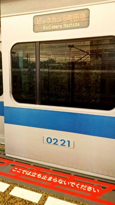 行き先の表示盤に「ビックカメラ町田店」と記載したり、車体番号には「0221」とオープン日を記載したり、細かい部分にも工夫が