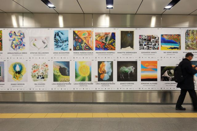 東京メトロ副都心線の渋谷駅で展示されていた絵画のポスター。下段の左から3~5枚目がリダさんの作品