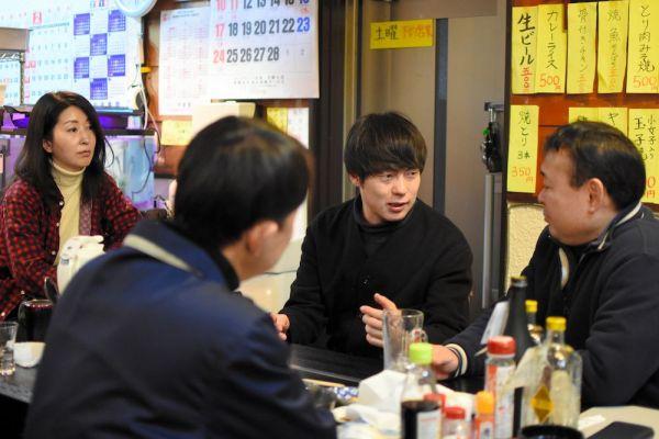 住民らと話すウーマンラッシュアワーの村本大輔さん(中央)=福島県浪江町川添