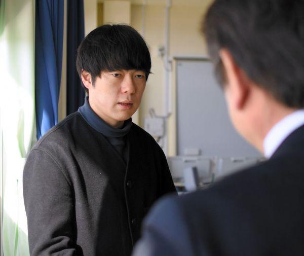 昨年4月に開校したなみえ創成小学校・中学校を訪れた村本大輔さん=福島県浪江町