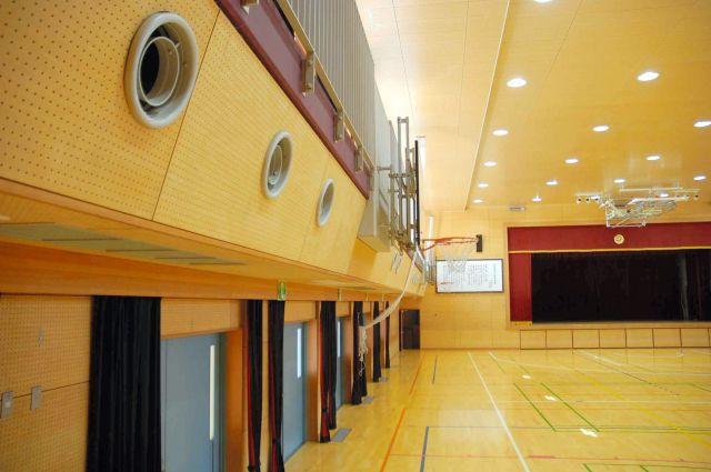 エアコンが備え付けられた体育館。壁の上に並ぶ丸い吹き出し口から冷風や温風が出る=東京都新宿区