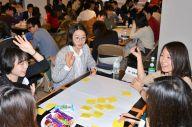 働くことについて話し合う大企業の若手社員と大学生たち