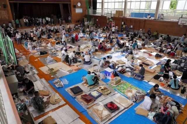 西日本豪雨で被災者でいっぱいになった体育館=2018年7月8日、倉敷市真備町の岡田小、松本俊撮影