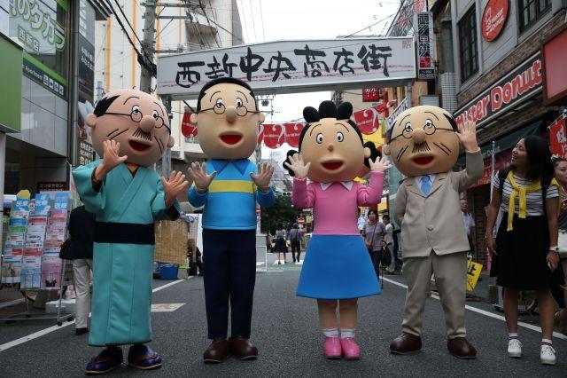 福岡市早良区の西新商店街連合会が持つ「サザエさん」関連の着ぐるみ=2015年