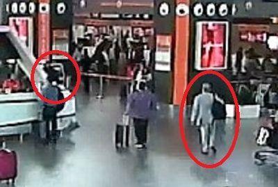 事件当日の空港の監視カメラの画像。正男氏(右の赤丸)は空港の自動チェックイン機(左の赤丸)に近づいたところで、背後からフォンに毒を塗られた=関係者提供