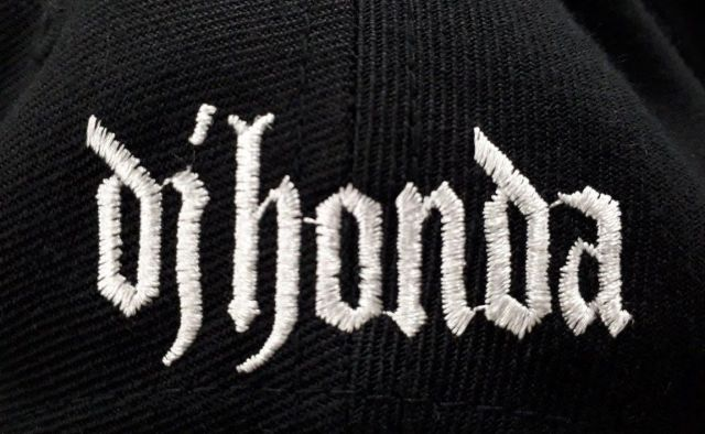 帽子の後頭部側にはdj hondaの表記がある