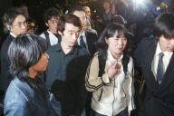 イラク人質事件で解放され、バスに向かう(手前右から)高遠修一さん、菜穂子さん、今井紀明さん。今井さんの左奥は郡山総一郎さん=2004年4月18日、羽田空港で