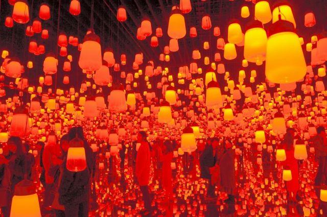 「チームラボ ボーダレス」で展示されている「呼応するランプの森―ワンストローク」。人がランプに近づくと音が鳴ったり、ランプの色が次第に変わったりする=東京都江東区青海1丁目、佐藤常敬撮影