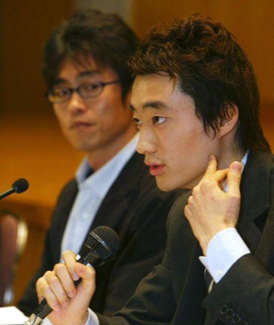 帰国から12日後、緊張の面もちで記者会見に臨んだ今井紀明さん。「自分にとって、自己責任は今回の経験を伝えること」と語った=2004年4月30日、東京・霞が関で