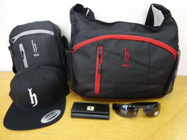 帽子以外にもバッグやサングラスなど「h」グッズが次々と誕生した=サウスアンドウエスト提供