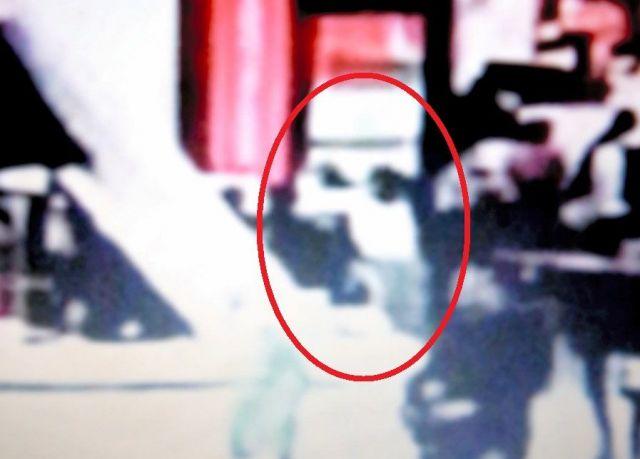 2017年2月13日朝、クアラルンプール国際空港の監視カメラには、フォンが正男氏の背後から飛びつき、顔を触る様子が写っていた=関係者提供