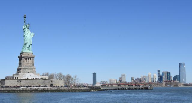 ニューヨーク湾に立つ、自由の女神 =2017年
