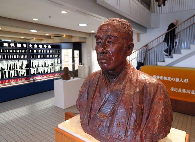 福澤記念館にある福澤諭吉の銅像=大分県中津市、堀英治撮影