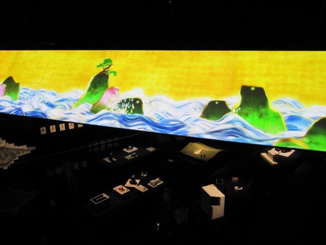 チームラボと柳原照弘による「百年海図巻 アニメーションのジオラマ」。画面は空中に浮くように設置され、海面が会場を飲み込むようだ=2011年