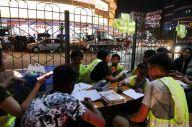 ヤンゴン中心部で夜開かれる「高架下学校」。輝くネオンに囲まれ、子どもたちが勉強する=2019年1月、ミャンマー