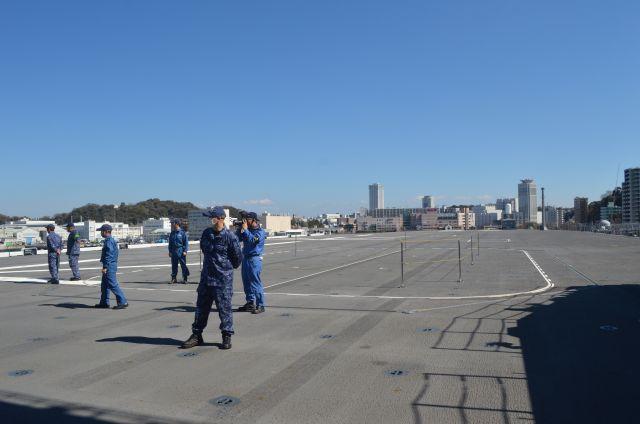 護衛艦いずもの甲板から艦首の方を望む=3月13日、横須賀港