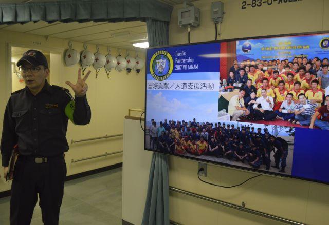 護衛艦いずもの「医務区画」で説明する牧野1尉=3月13日、横須賀港