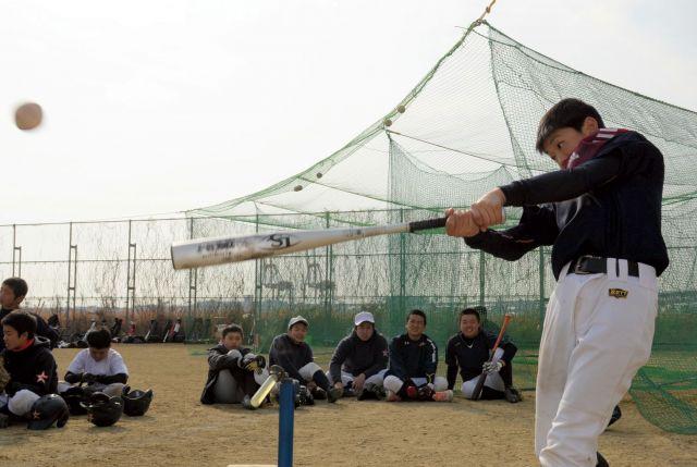 大阪市港区の町工場が共同開発した、新しいティー打撃用器具。球を打つと、先端の樹脂部分が前に倒れる=大阪市