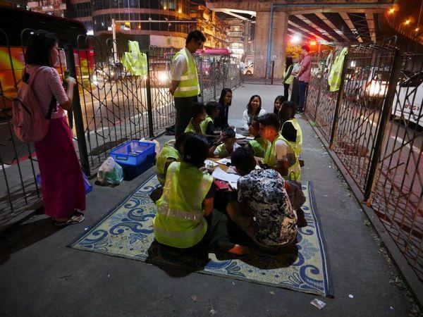 ミャンマー最大都市ヤンゴンの中心部で夜開かれる「高架下学校」。学ぶ場所のない子どもたちが集まっている